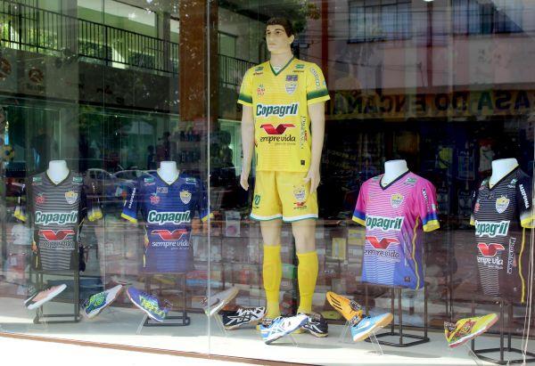 Novos uniformes da equipe Copagril Futsal já predominam nas vitrines das  lojas oficiais 101bc49f04ea7